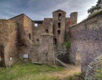 Foto hradu: Lukáš Kalista – Vlastní dílo, CC BY-SA 4.0, commons.wikimedia.org/w/index.php?curid=37587073